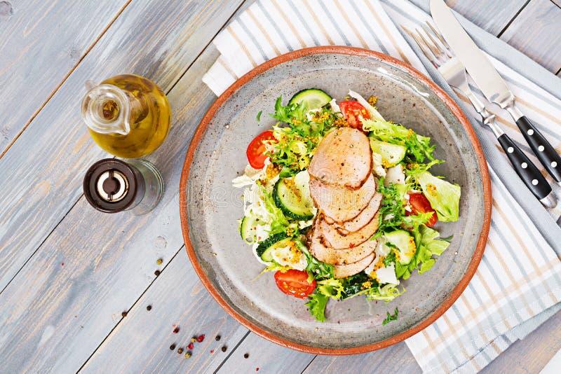 Salada da vitela com legumes frescos alimento dietético Salada da carne fotografia de stock