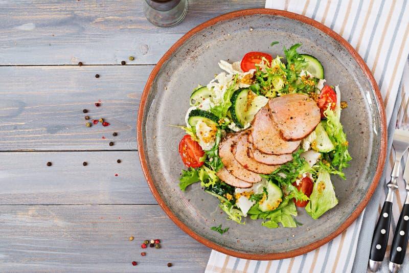 Salada da vitela com legumes frescos alimento dietético Salada da carne fotos de stock royalty free