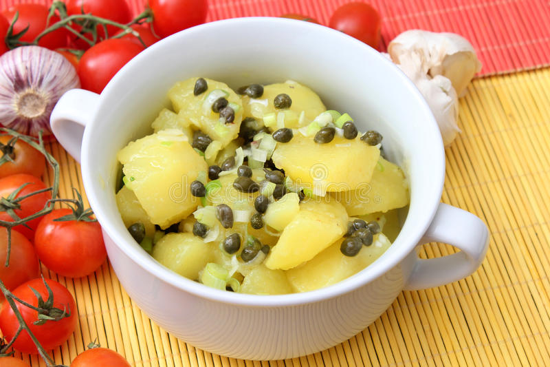 Salada das batatas com alcaparras imagem de stock royalty free