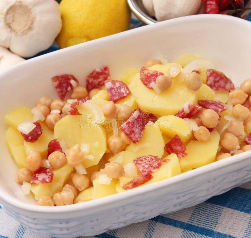 Salada das batatas e das ervilhas de pintainho fotografia de stock