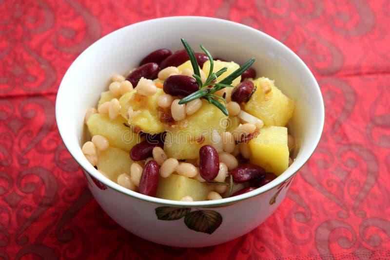 Salada das batatas e dos feijões foto de stock royalty free