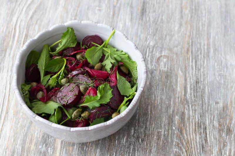 Salada das beterrabas com a cebola vermelha, as alcaparras, agrião e verdes cozidos fotos de stock