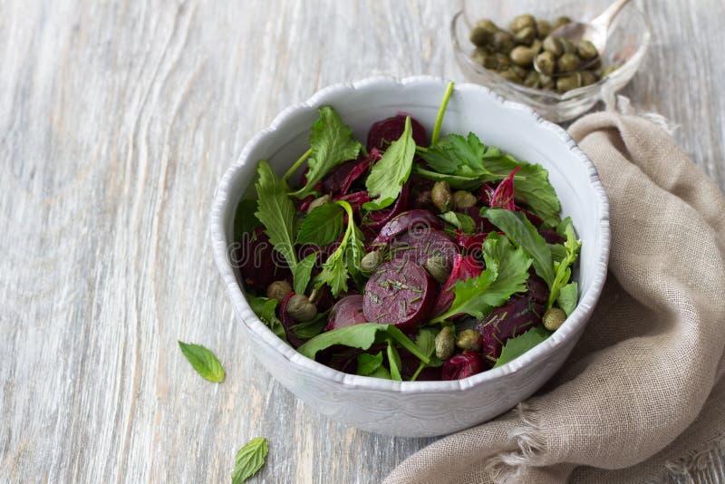 Salada das beterrabas com a cebola vermelha, as alcaparras, agrião, verdes e molho cozidos do vinagrete imagens de stock royalty free