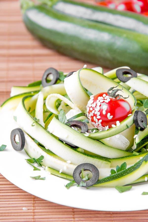 Salada das fitas, do tomate e da azeitona do abobrinha imagem de stock