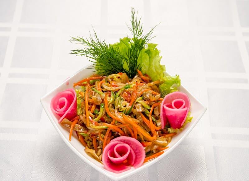 Salada das orelhas da carne de porco, das cenouras, da pimenta búlgara, dos pepinos frescos, da alface, das cebolas e dos verdes  fotos de stock royalty free