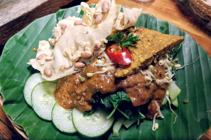 Salada de amendoim com pepino e couve-flor imagem de stock