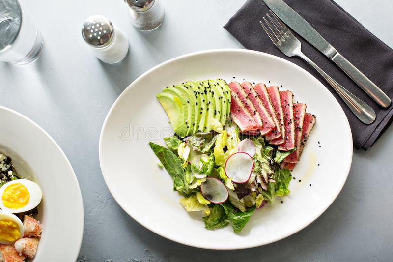Salada de atum com abacate cortado fotos de stock