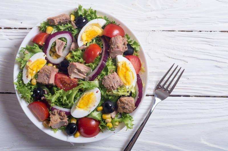 Salada de atum com tomates fotografia de stock royalty free