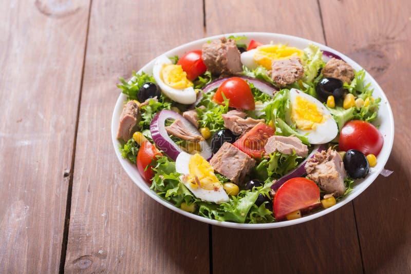 Salada de atum com tomates imagem de stock