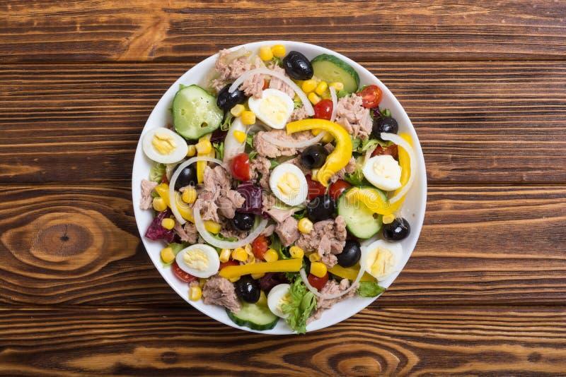 Salada de atum com vegetais fotos de stock royalty free