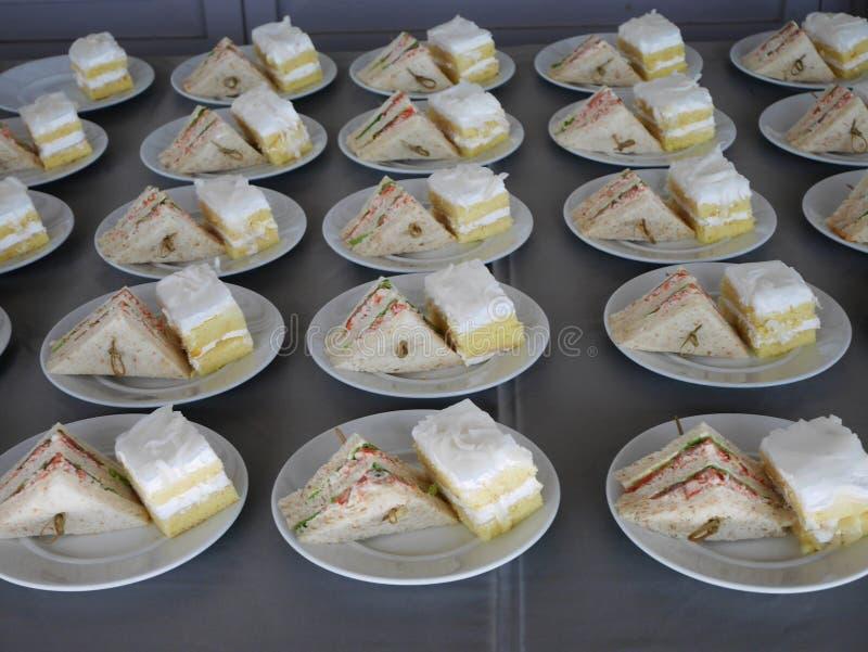 Salada de atum dos sanduíches e bolo de coco no prato imagens de stock royalty free