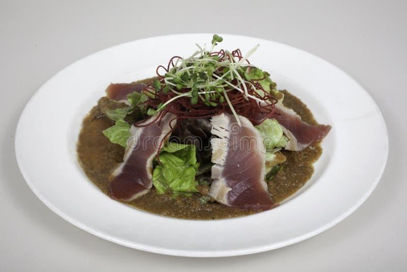 Salada de atum passada ligeiramente do ahi imagens de stock