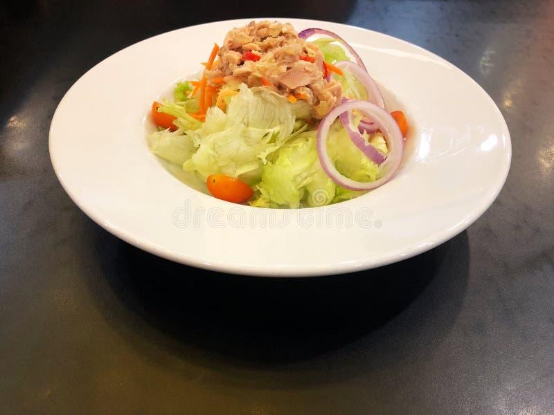 Salada de atum picante da vista superior no prato branco na tabela de madeira preta fotografia de stock