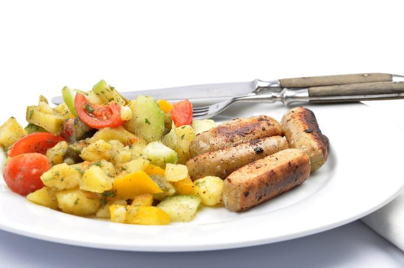Salada de batata misturada com salsichas imagens de stock
