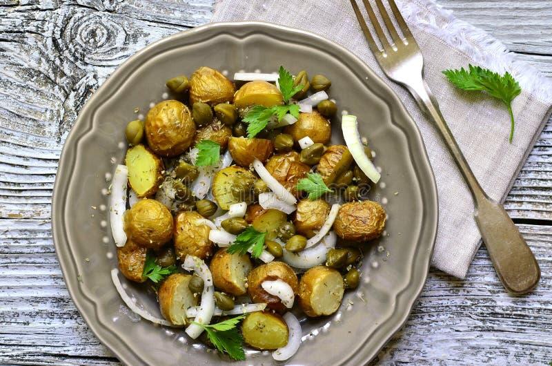 Salada de batata nova com alcaparras e a cebola posta de conserva imagens de stock