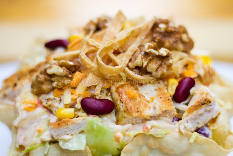 Salada de Caesar com feijões em uma bacia do pão imagens de stock