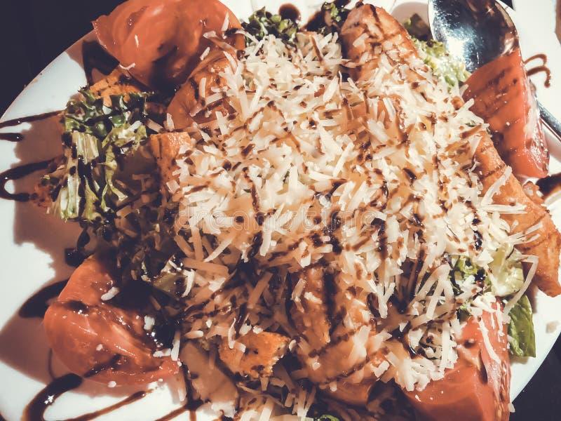 Salada de Caesar com tomates da galinha e Parmesão raspado fotos de stock