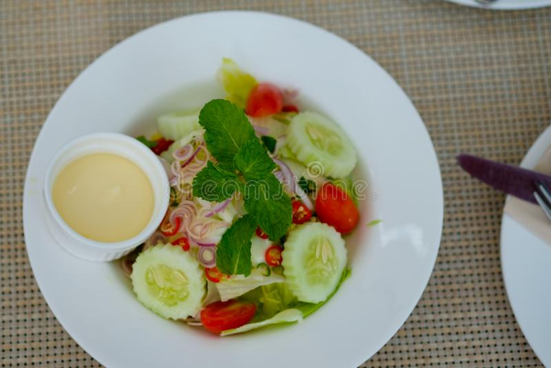 Salada de Caesar dentro com prato imagens de stock