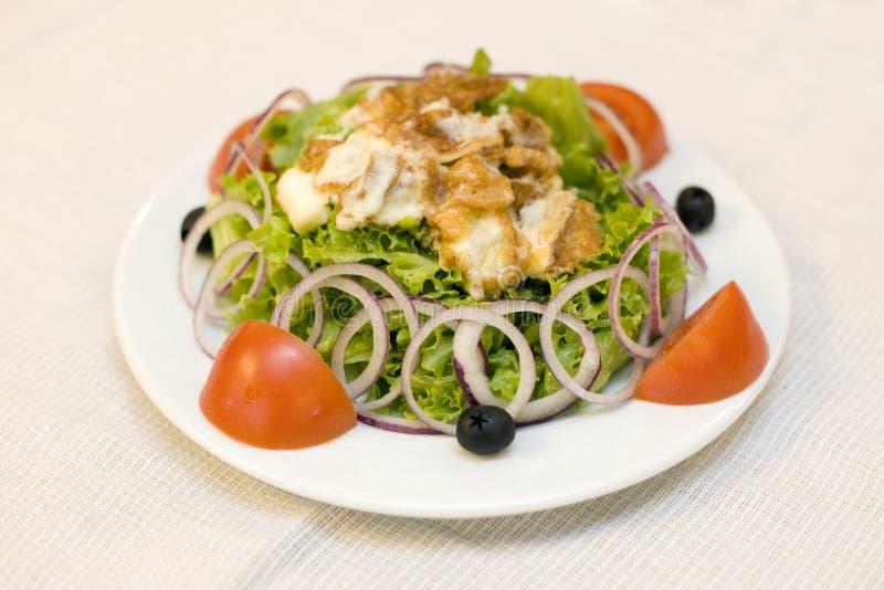 Salada de caesar em uma placa foto de stock
