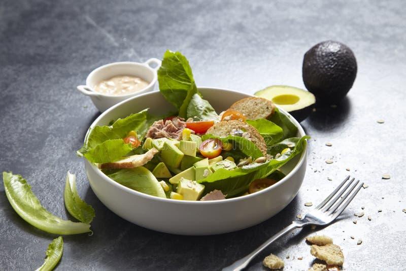 Salada de Caesar em uma placa imagens de stock