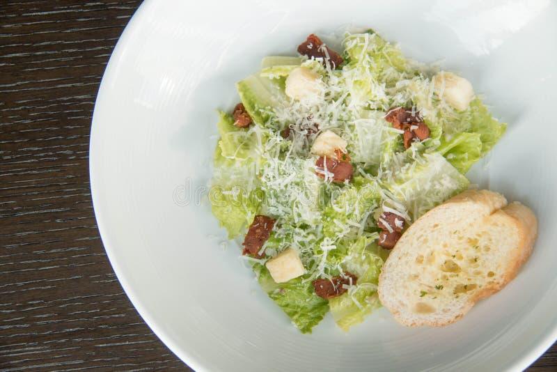 Salada de caesar na placa branca foto de stock royalty free