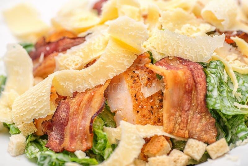 Salada de caesar na placa branca, alimento saudável imagens de stock