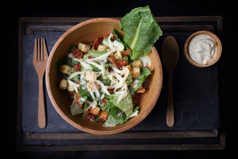 A salada de caesar orgânica wodden dentro a bacia com molho de caesar interno foto de stock royalty free