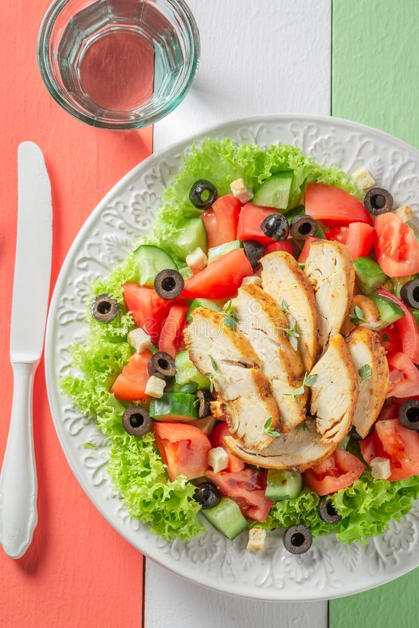 Salada de Caesar saboroso com galinha, tomates e alface fotos de stock