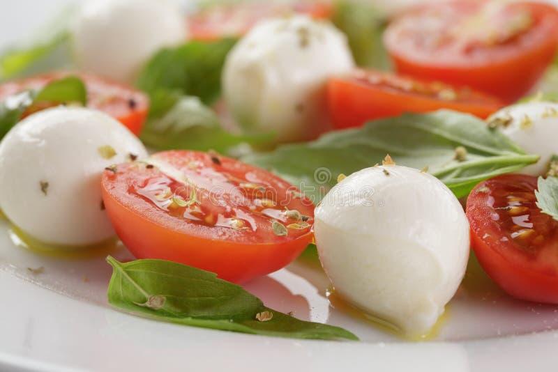 Salada de Caprese com as mini bolas da mussarela e fotografia de stock royalty free