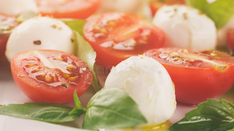 Salada de Caprese com as mini bolas e tomates da mussarela foto de stock