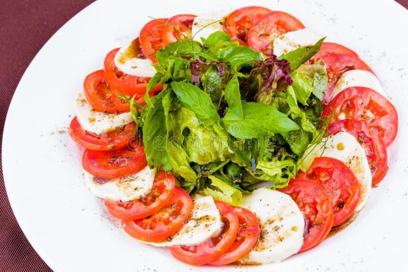Salada de Caprese com especiarias e ervas imagens de stock