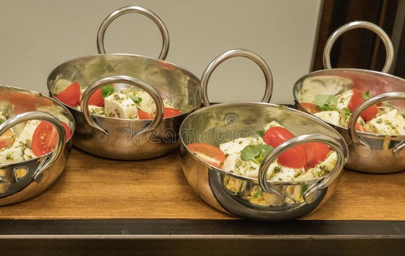 Salada de Caprese do italiano com manjericão em um único serviço imagens de stock