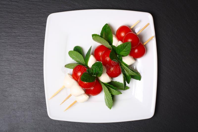 Salada de Caprese em varas foto de stock