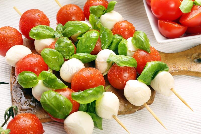 Salada de Caprese. Espetos com tomate e mussarela. fotografia de stock
