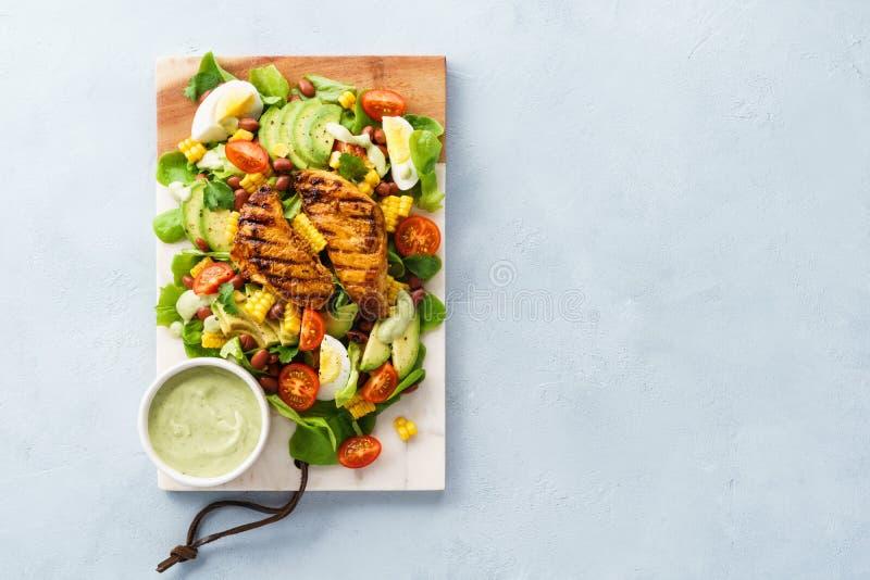Salada de Cobb com galinha, abacate, tomate, ovos e milho fotografia de stock royalty free