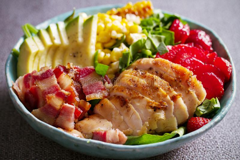 Salada de Cobb da galinha Morango do abacate do bacon da galinha e salada de milho doce - alimento saudável fotos de stock royalty free