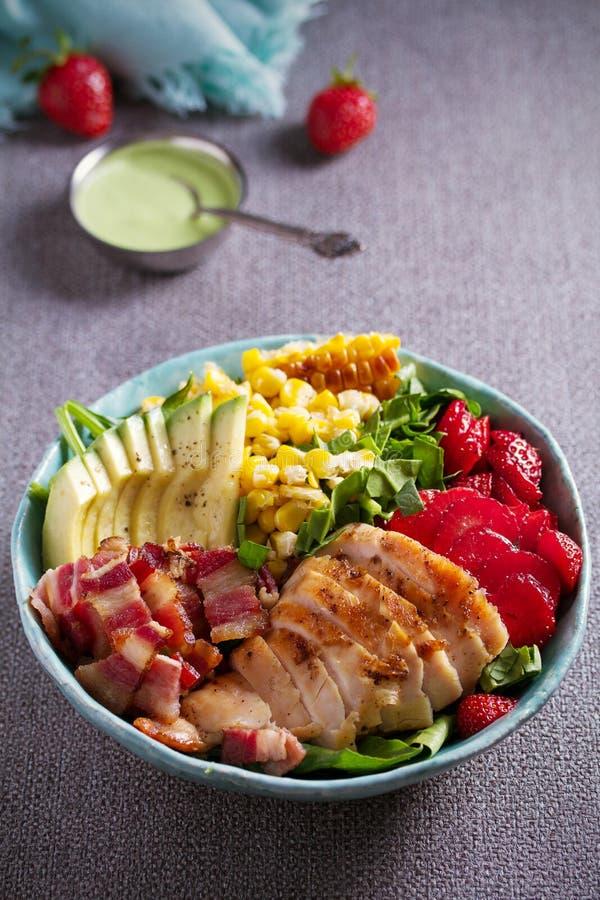 Salada de Cobb da galinha Morango do abacate do bacon da galinha e salada de milho doce - alimento saudável imagens de stock
