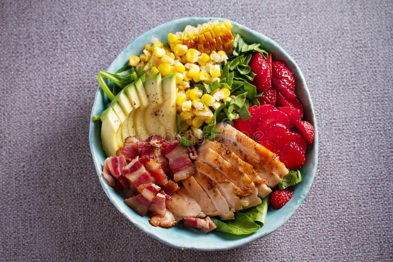 Salada de Cobb da galinha Morango do abacate do bacon da galinha e salada de milho doce - alimento saudável fotografia de stock