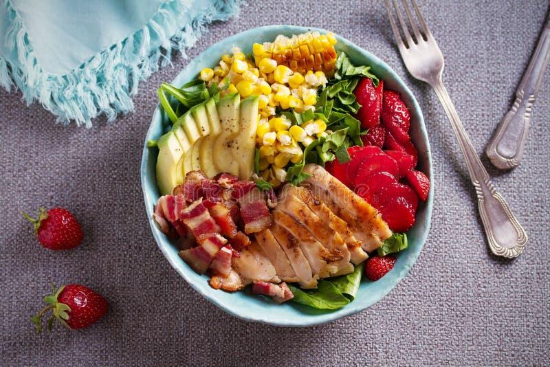 Salada de Cobb da galinha Morango do abacate do bacon da galinha e salada de milho doce - alimento saudável imagem de stock