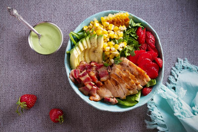 Salada de Cobb da galinha Morango do abacate do bacon da galinha e salada de milho doce - alimento saudável foto de stock