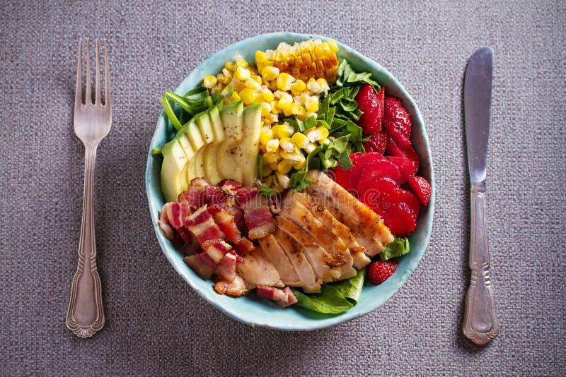 Salada de Cobb da galinha Morango do abacate do bacon da galinha e salada de milho doce - alimento saudável foto de stock royalty free