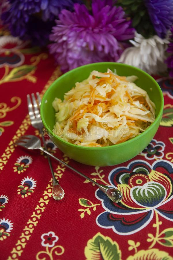 Salada de couve branca nova da aptidão clara - magra, culinária saudável, tradicional do russo fotos de stock