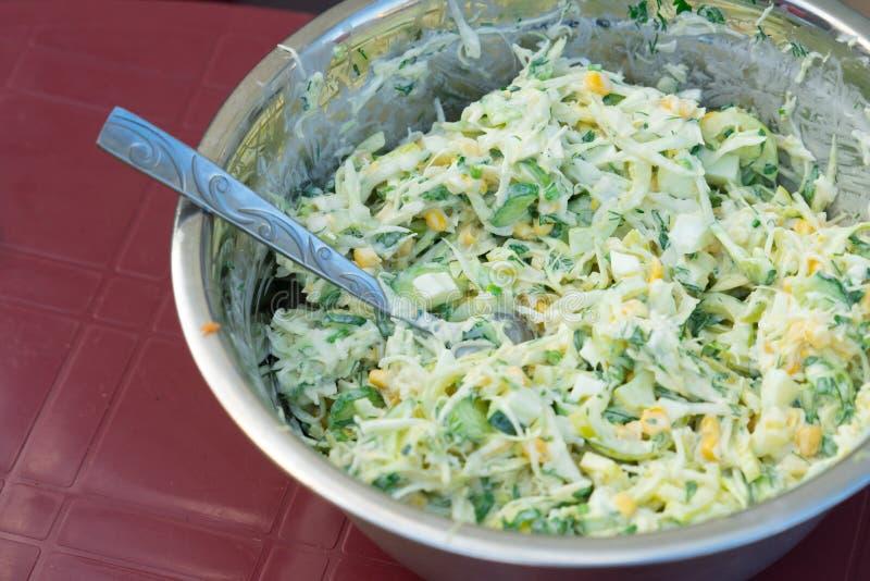 Salada de couve com milho e pepinos Saboroso e saudável fotografia de stock royalty free