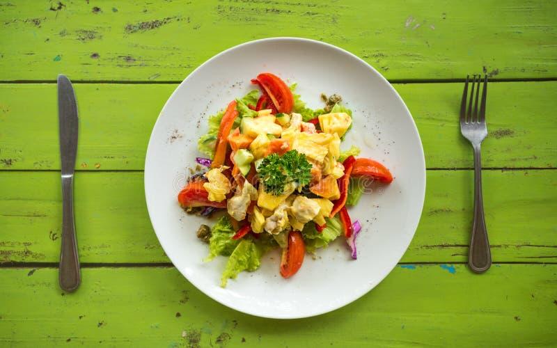 Salada de frango colocada lisa na placa redonda com faca e forquilha imagens de stock