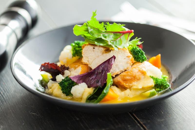 Salada de frango com verdes frescos foto de stock