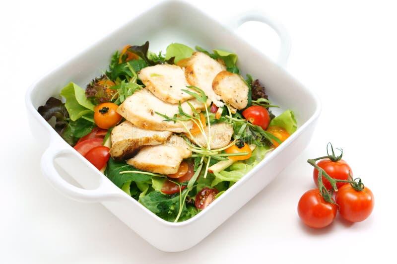 Salada de frango grelhada com alface e tomate imagens de stock royalty free
