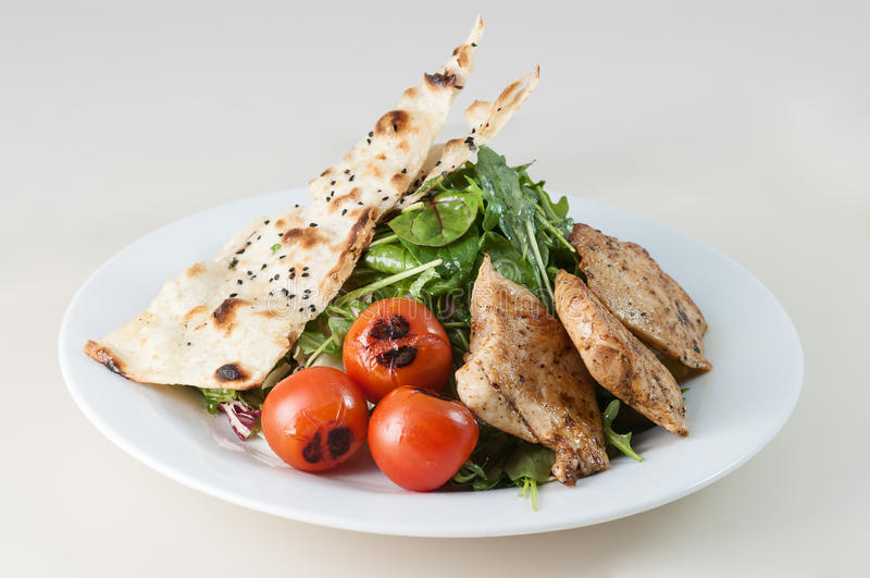 Salada de frango grelhada com as folhas verdes dos espinafres imagem de stock royalty free