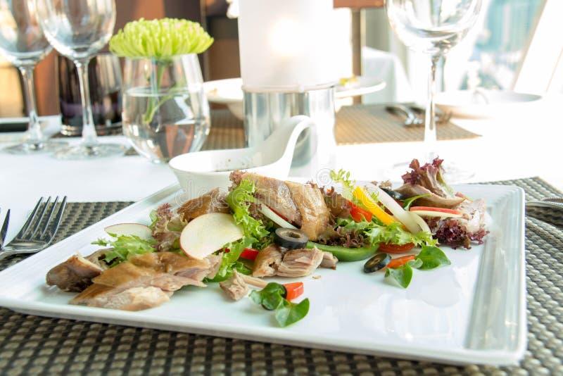 Salada de frango grelhada com fundo do molho fotos de stock royalty free