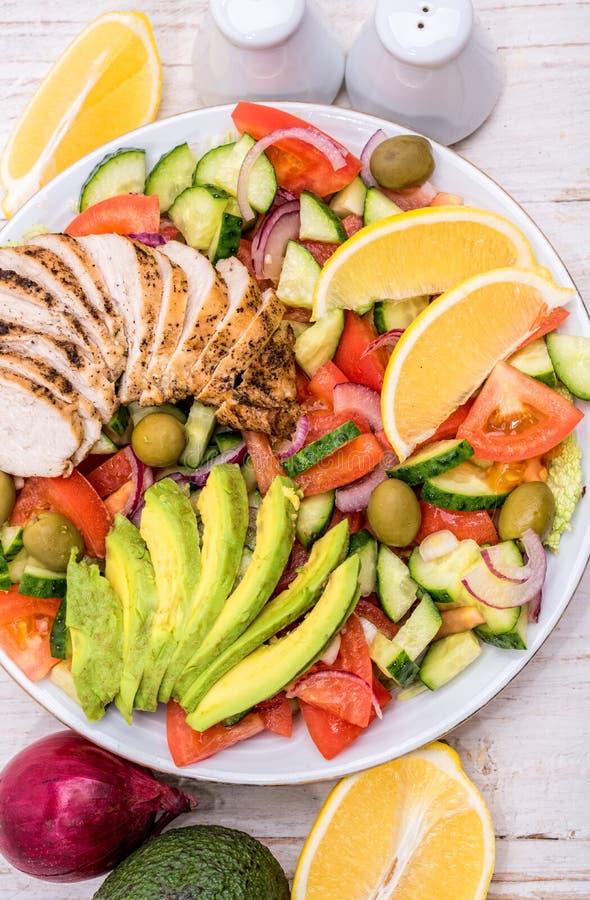 Salada de frango mediterrânea com abacate imagens de stock royalty free