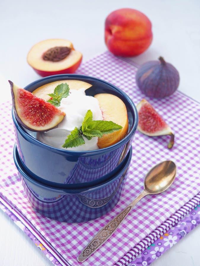 Salada de fruta Frutos roxos sortidos em uma bacia azul Conceito saudável comer foto de stock royalty free